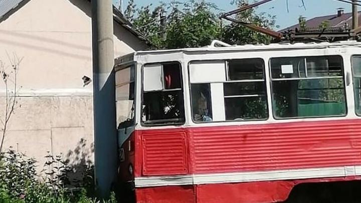 Трамвай, который на выходных влетел в столб, уже выпустили на линию