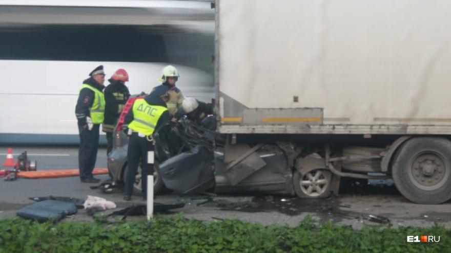 На Серовском тракте водитель Nissan погиб, влетев под фуру на полном ходу