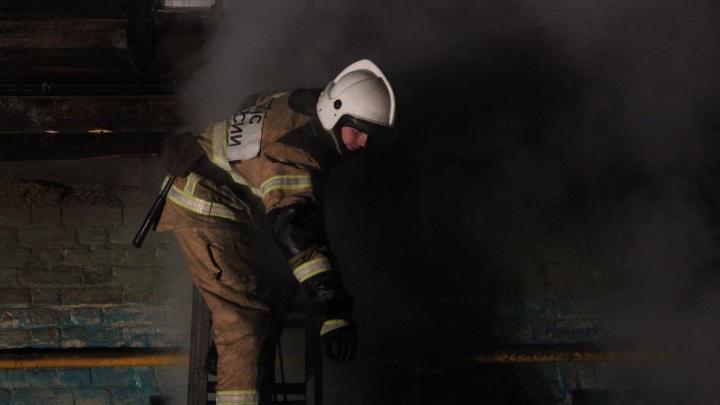 «Площадь пожара достигла 1600 кв. м»: в Самарской области горела кровля склада