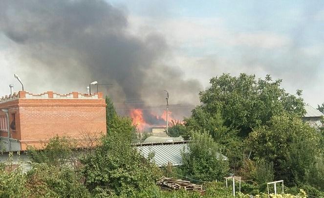 В волгоградском поселке Латошинка пожарные уже час борются с огнем