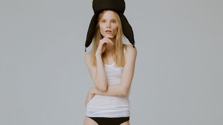 Успешная модель из Красноярска снялась в белье и шапке-ушанке для модного журнала