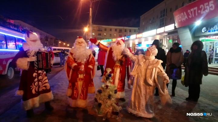 По Омску ездит новогодний «Дед Моробус»