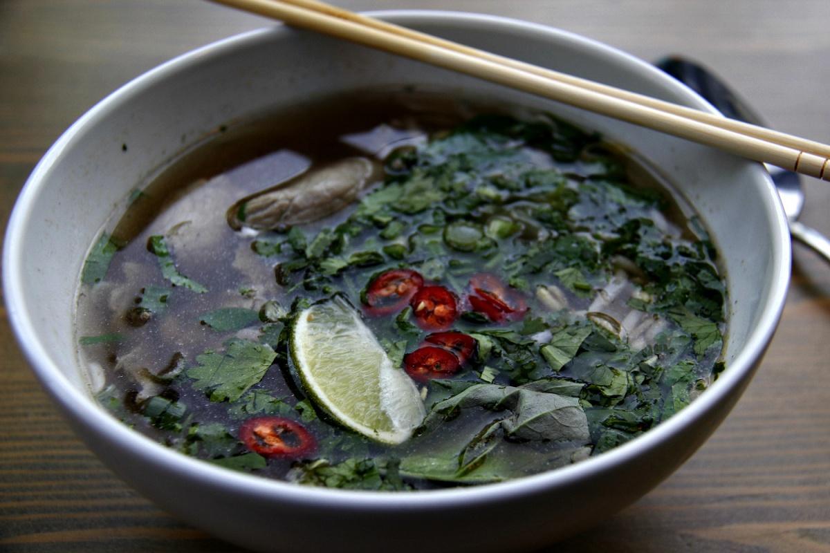 Тарелка супа фо бо в заведении Kung Pho, которое расположено в соседнем здании с будущим кафе «Ичибан»