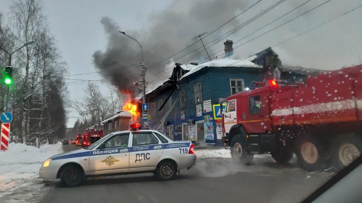Появилось видео горящего в Архангельске расселённого дома, известного как «девяностик»