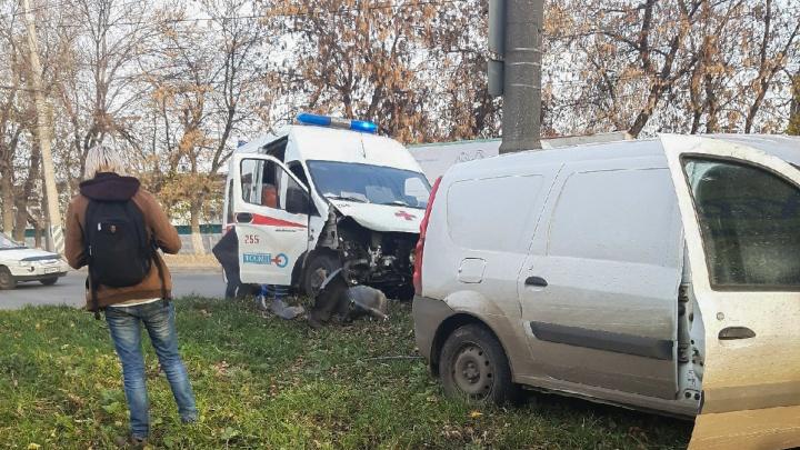 Снесло капот: в Тольятти столкнулись скорая помощь и легковушка