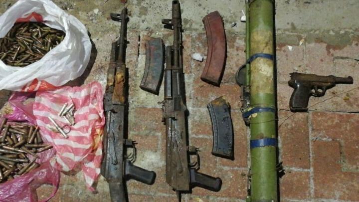 Автоматы, противотанковый гранатомет и патроны: в центре Ростова обнаружили целый арсенал оружия