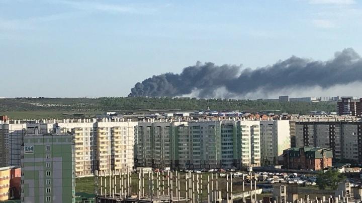Город заволокло черным дымом от пожара в «Солнечном»