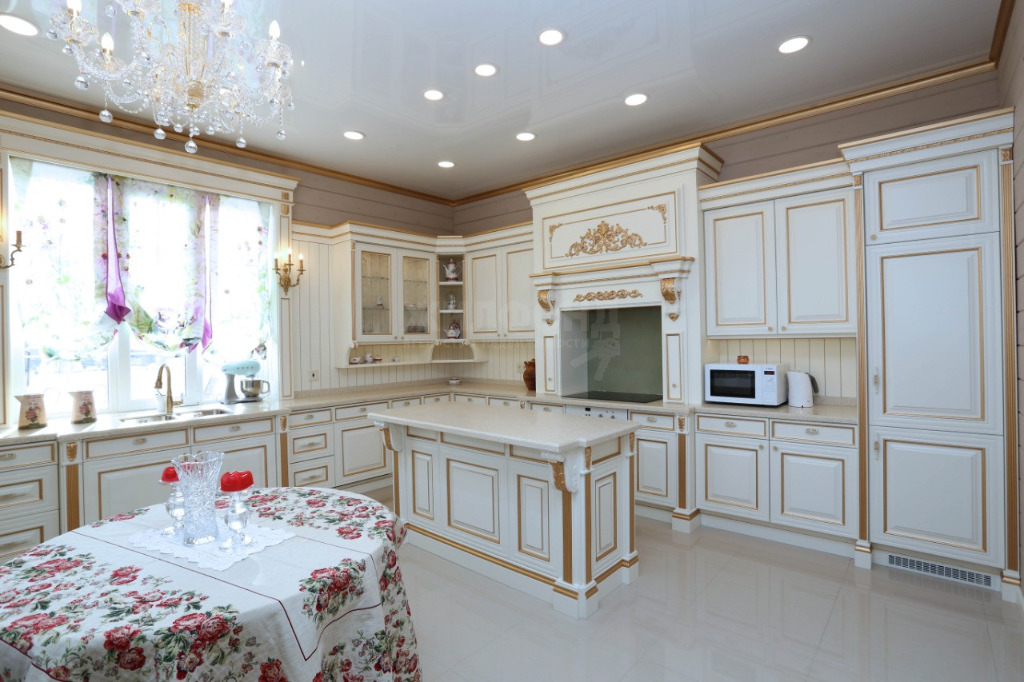 Кухня выполнена в бело-золотых тонах