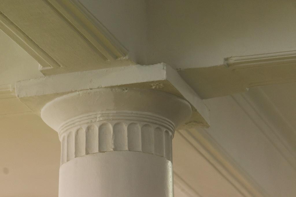 На верхней плите колонны очень маленькие цветочки, которые изобразил архитектор Крячков