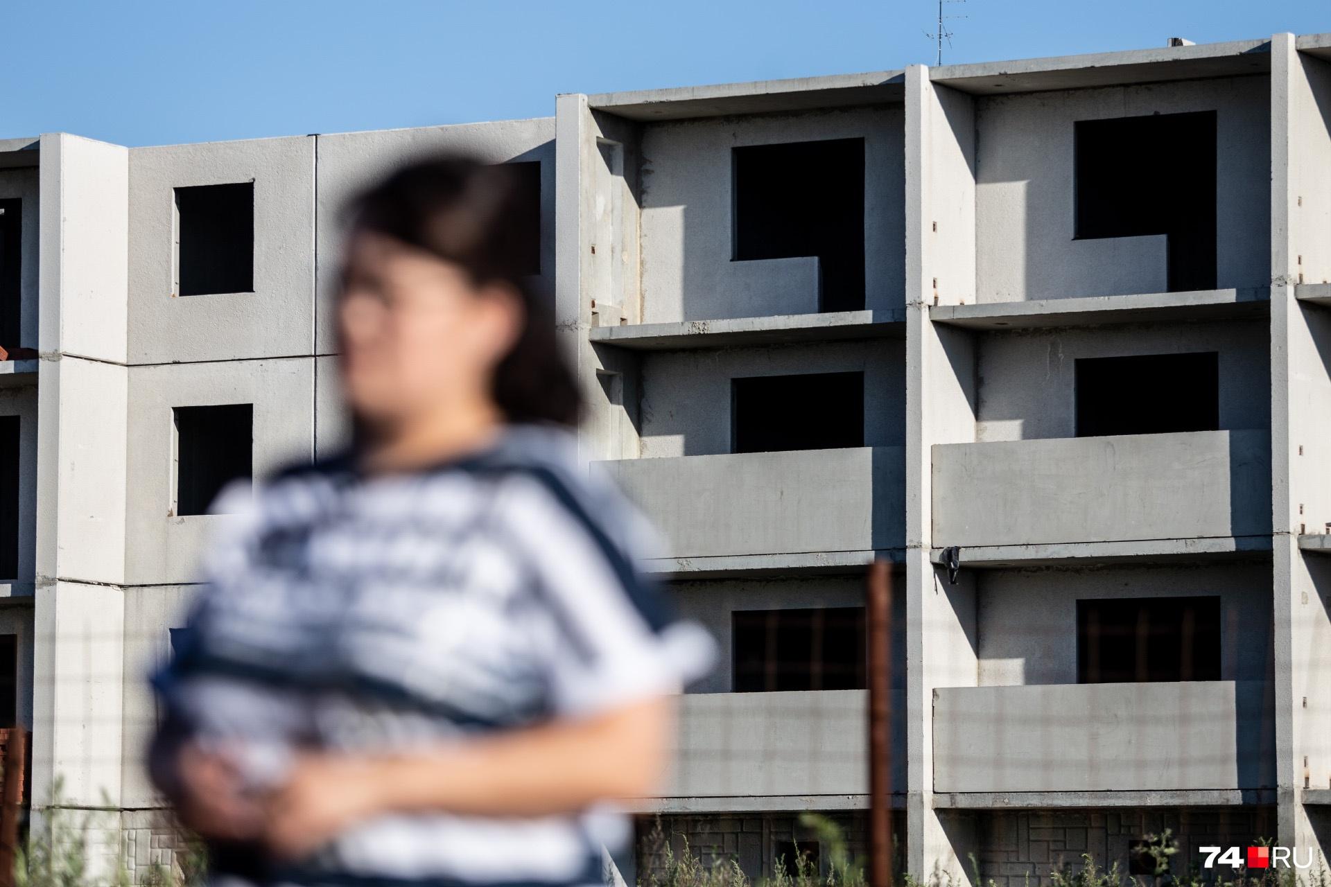 По решению суда квартира в недострое отошла банку. Но у семьи перед ним остался ещё долг в 400 тысяч