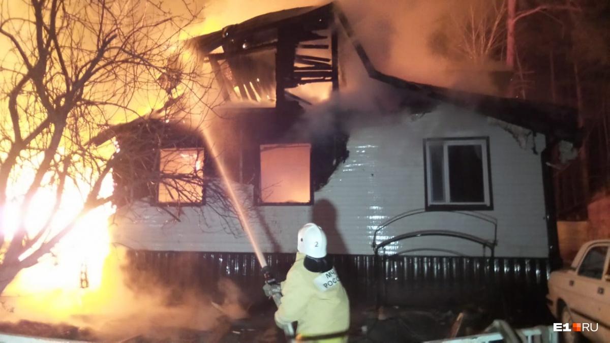 Огонь уничтожил 400 квадратных метров