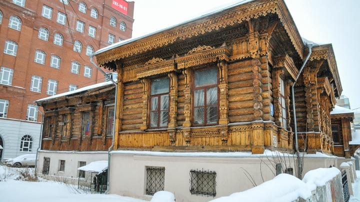 Деревянную резьбу скоблили вручную: проверяем, как восстановили памятники в центре Екатеринбурга