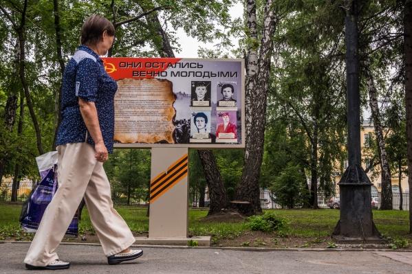 На днях вандалы порезали портреты погибших в Афганистане военнослужащих, которые стоят в Павловском сквере
