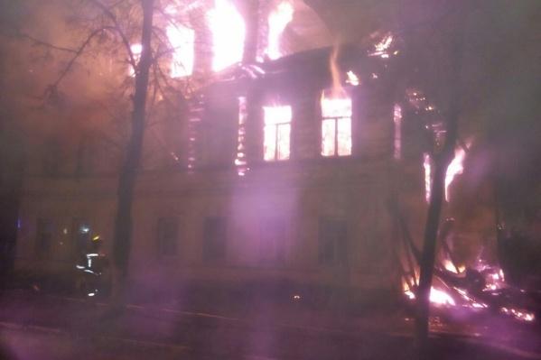 На пожаре в жилом доме погибли семь человек, включая пятерых детей
