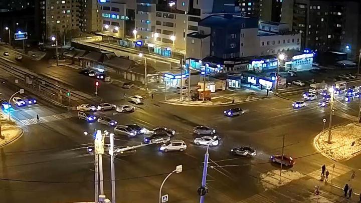 На Северо-Западе Челябинска водитель кроссовера сбил девушку.Момент ДТП попал на видео