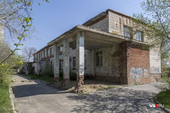 Пока на будущей поликлинике на окнах установлены решётки, а двери закрыты