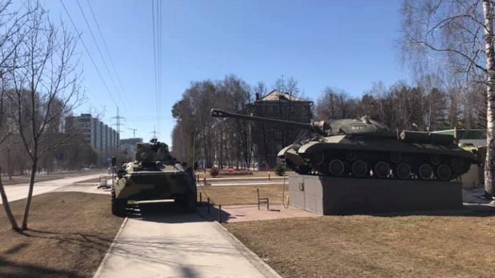 БТР припарковался на тротуаре в Советском районе