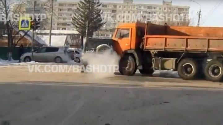 На полном ходу: столкновение КАМАЗа и внедорожника на перекрестке в Уфе попало на видео