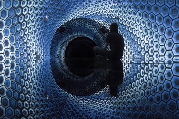 «Мой кит»первоначально был изготовлен как специфическая интерактивная инсталляция для отремонтированного корабля «Брусов» на реке Москве, превращенного в арт-кластер