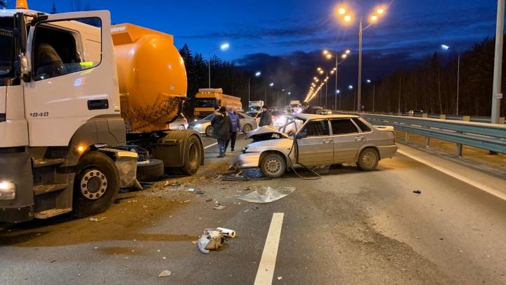 Пробка на четыре километра: на Московском тракте легковушка влетела под грузовик с топливом