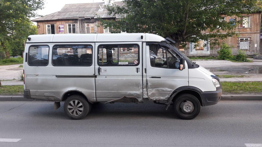 Фото: в Новосибирске «Газель» протаранила маршрутку