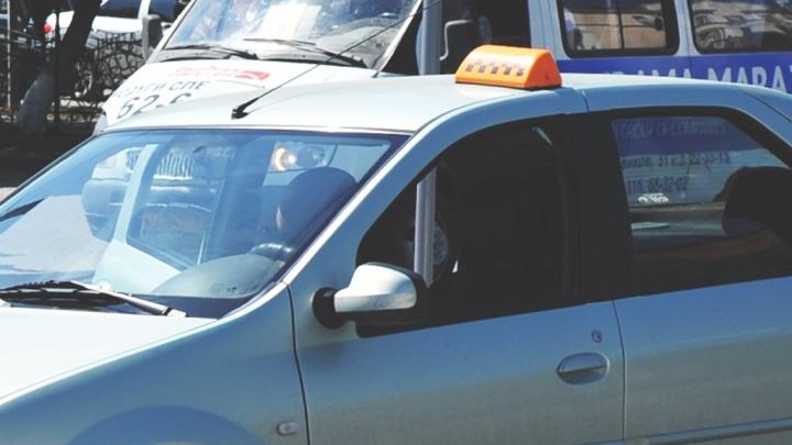 В Тобольске обидчивый таксист догнал клиентов, уехавших на другой машине, избил их и ограбил