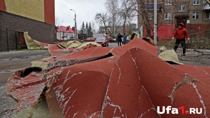 В Уфе собирают слетевший с высотки на Российской фасад