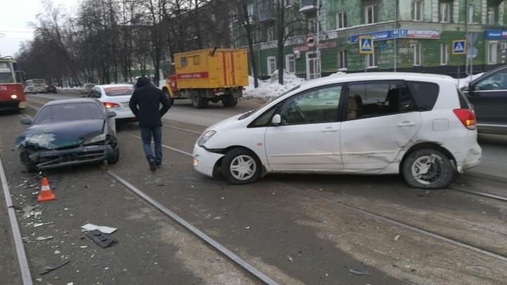 Столкновение двух «Тойот» заблокировало движение трамваев по Богдана Хмельницкого