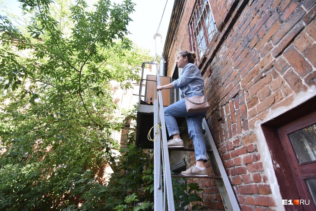 Попасть на второй этаж можно только по пожарной лестнице. Внутри лестницу убрали и так и не вернули