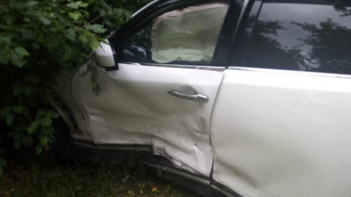 После удара отказали тормоза: Infinity получил удар в бок, а потом врезался в дерево