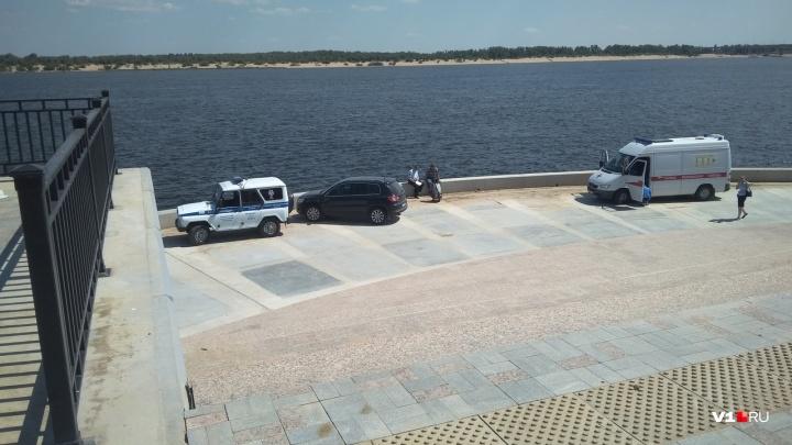 На набережной напротив «Волгоград Арены» водолазы ищут утонувшего мужчину