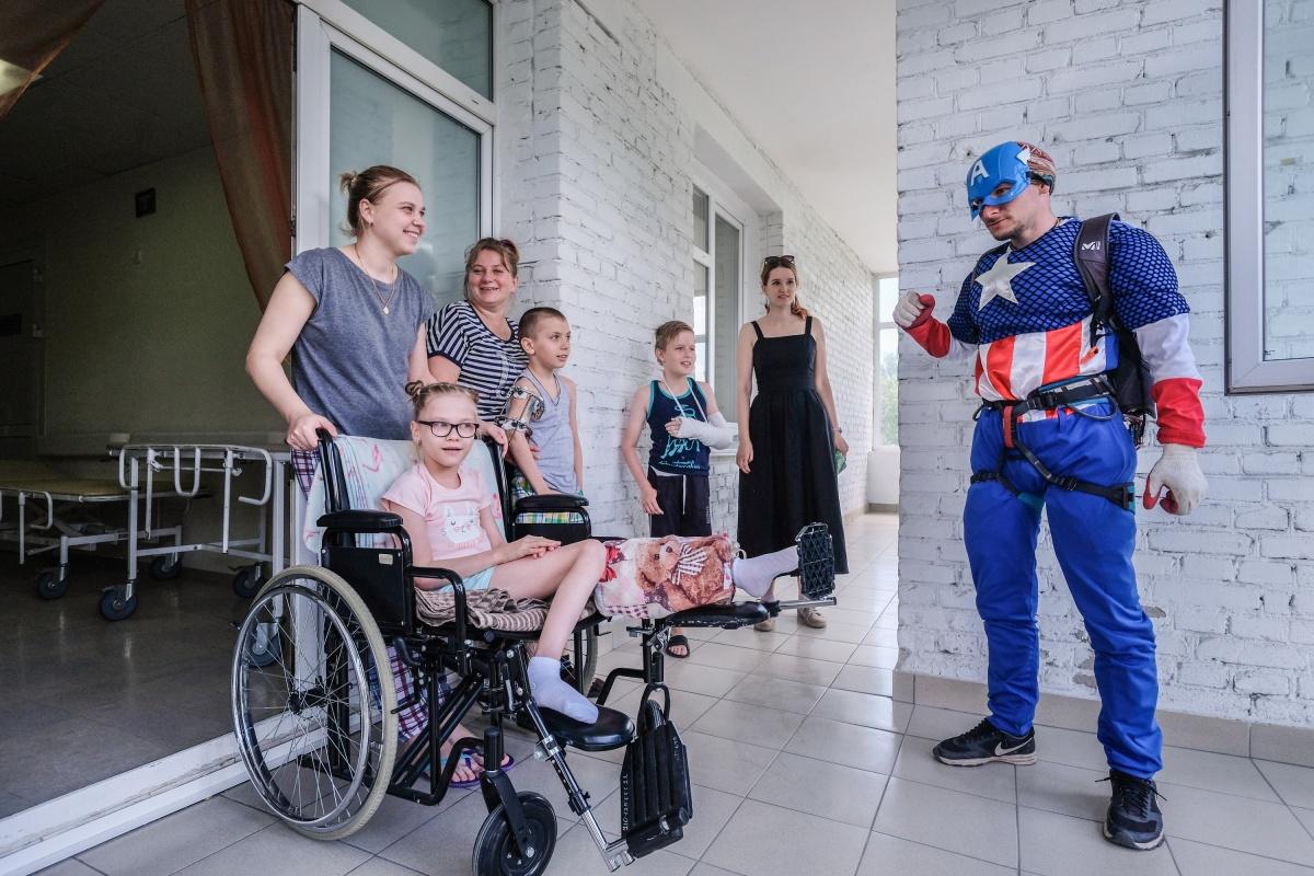По сценарию, супергерои прибыли спасти детей от грусти и скуки — судя по радостной реакции детей, им это удалось. Фото Ольги Бурлаковой