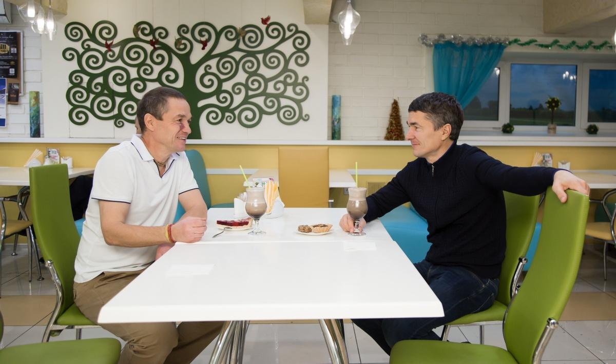Виктор и Олег Булатовы — профессиональные спортсмены и убежденные вегетарианцы — разбирают пищевые привычки человека и их влияние на жизнь и здоровье. Фото сделано в кафе «Рада»