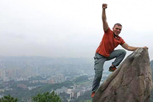 В Китае Александр взобрался на гору, с которой открывается вид на город-миллионник Чунцин