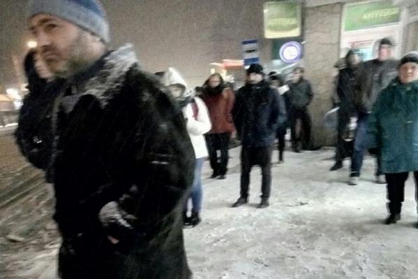 Люди стояли часами на остановках при температуре -5 градусов