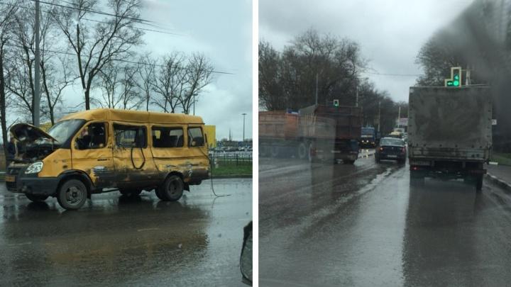 В Шахтах КАМАЗ врезался в маршрутку с пассажирами
