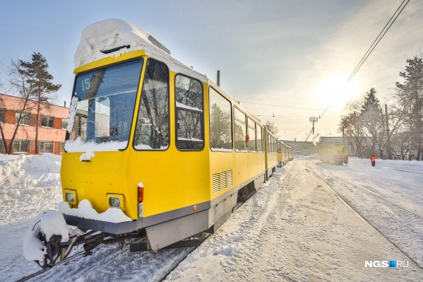 В выходной день интервал мог увеличиться до 32 минут, но пассажиры ждали трамвай около часа