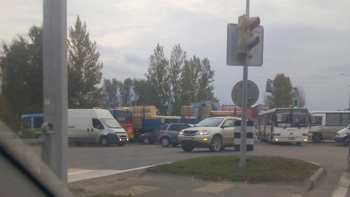 Там коллапс! Московский проспект в Ярославле перекрыли грузовики