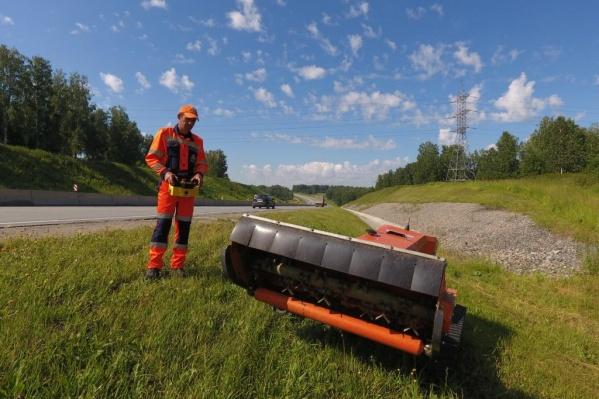 Новосибирские дорожники купили необычную косилку-робота для работ на сложных участках
