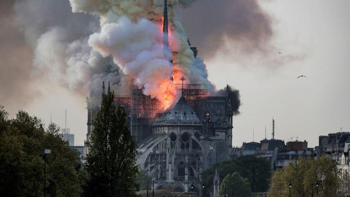 Во Франции горит одна из главных достопримечательностей — собор Парижской Богоматери