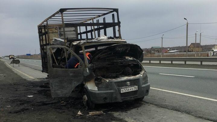 На трассе Екатеринбург – Челябинск сгорел грузовик с гробами