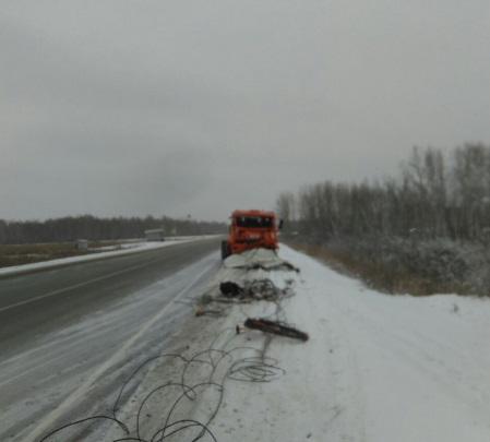 Микроавтобус опрокинулся в кювет после удара «КамАЗа»: погиб пассажир