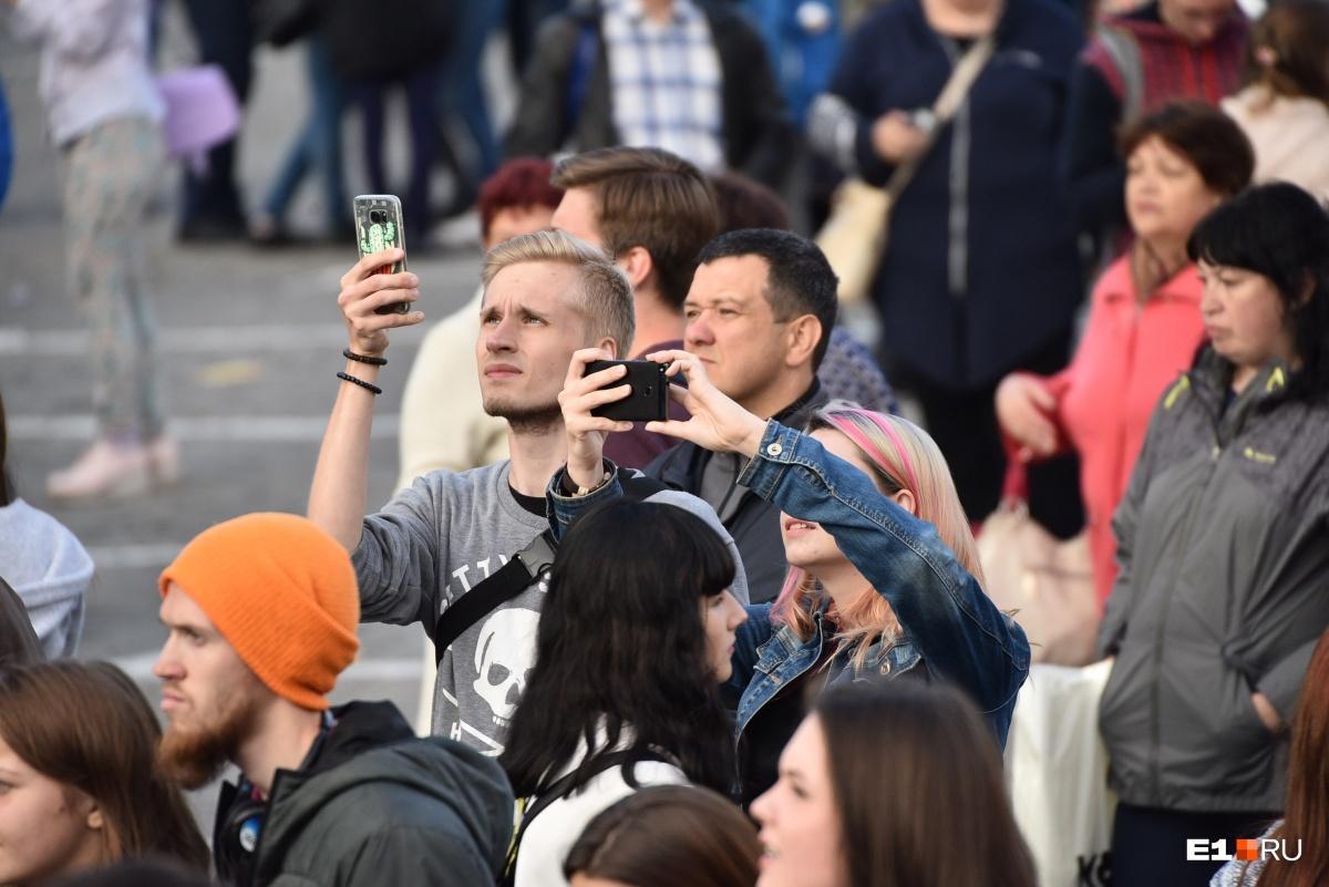 Всё, что происходит на главной сцене, люди снимают на телефоны