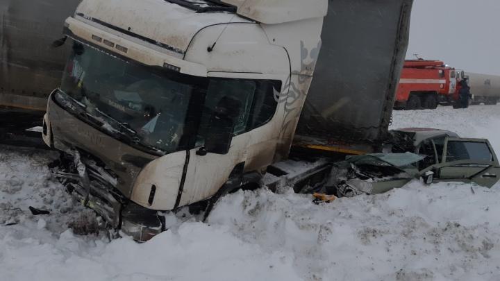 Фура рухнула на «Калину»: под Самарой произошло смертельное ДТП
