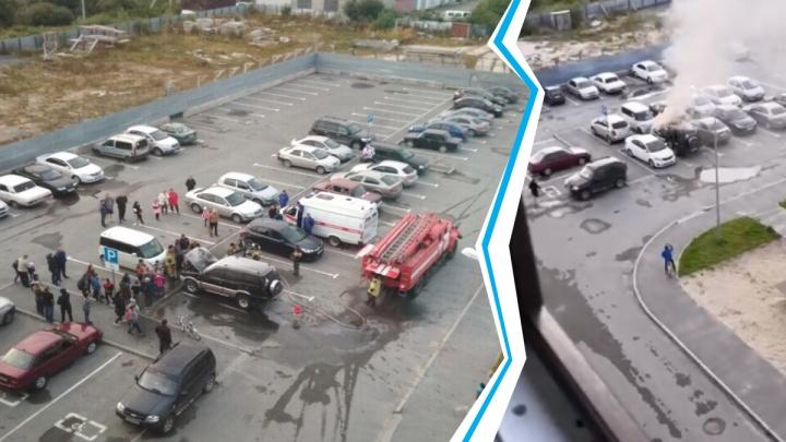 В Боровском на парковке у дома вспыхнул внедорожник