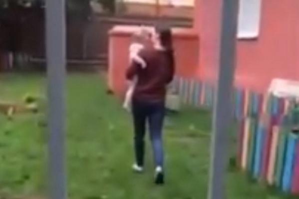 Мальчика, бегавшего в одних трусах, забрала сотрудница садика