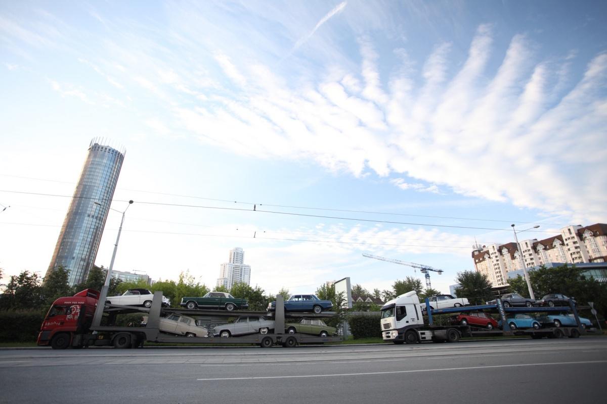 В Екатеринбург приехали три авто с ретромашинами