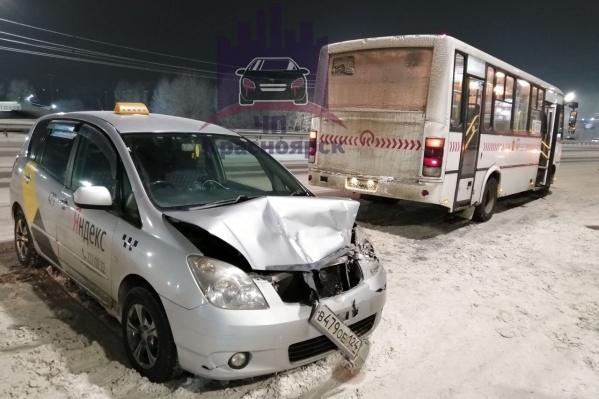 Авария с автобусом на Октябрьском мосту