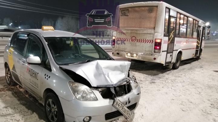 За сутки в аварии попали четыре автомобиля «Яндекс. Такси»