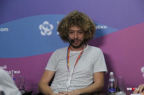 Илья Варламов часто рассказывает о своих путешествиях. На фото блогер во время визита на Всемирный фестиваль молодежи — 2017 (Сочи)